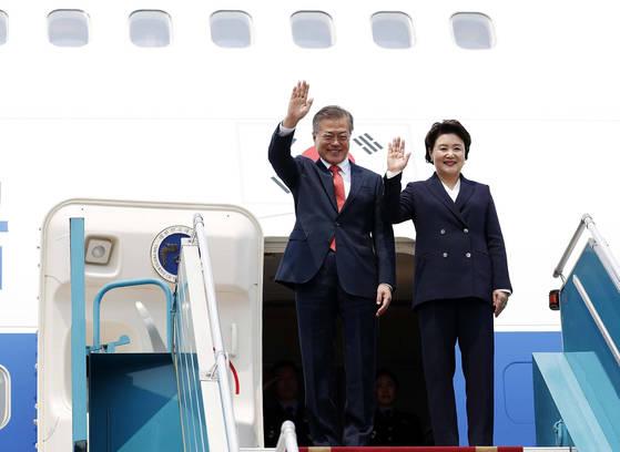 문 대통령, 베트남 노이바이 국제공항 도착. 22일 오후 문재인대통령 내외가 베트남 국빈방문을 위해 베트남 노이바이 국제공항에 도착해 인사하고 있다.2018.3.22.청와대사진기단