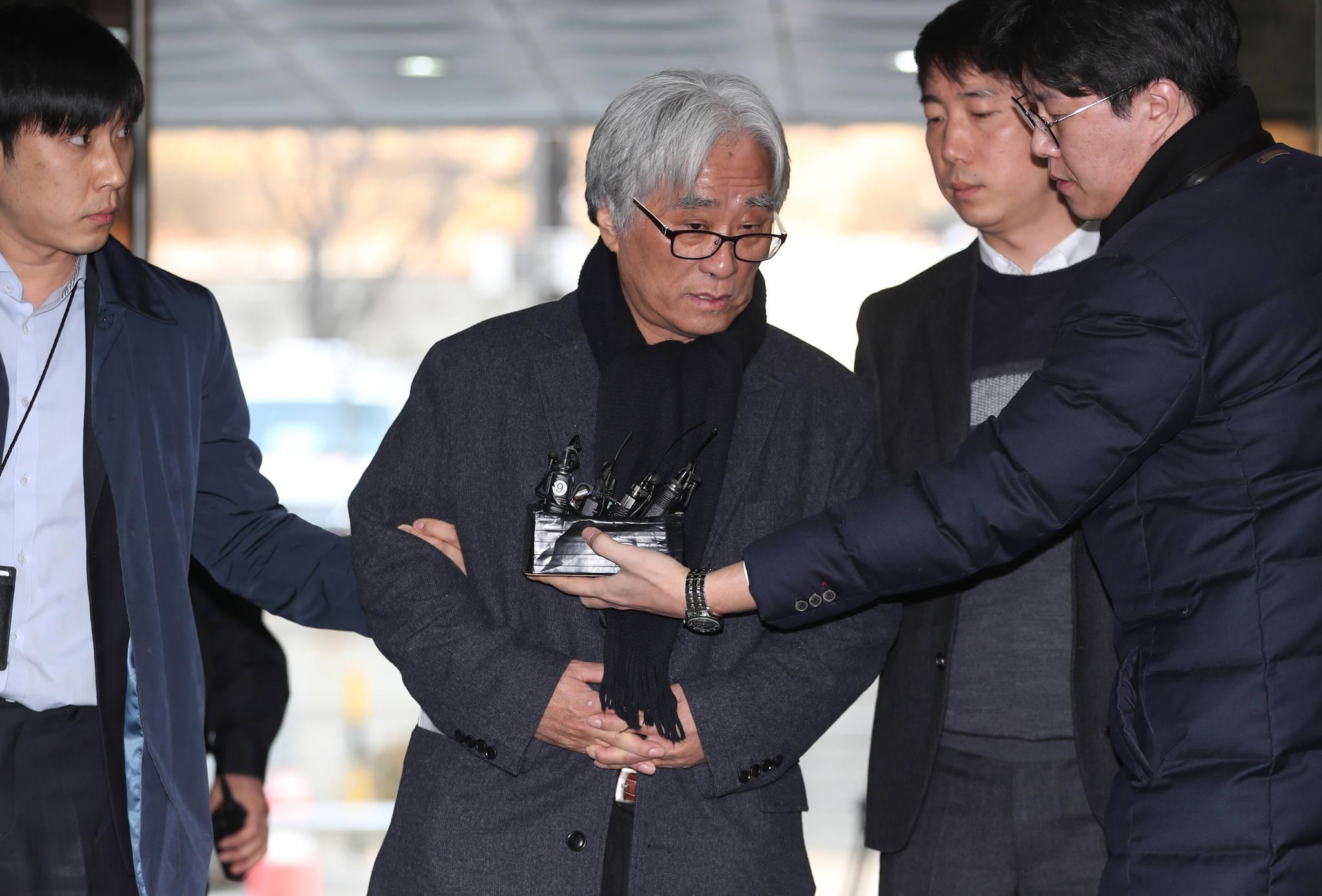 23일 연출가 이윤택씨가 피의자 심문을 받기 위해 서울중앙지방법원에 출석했다.[사진 뉴시스]