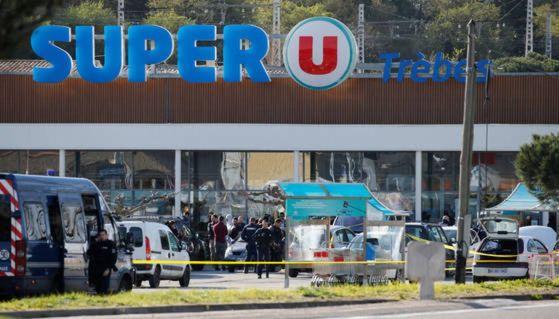 프랑스 남부 트레브의 한 슈퍼마켓에서 발생한 총격전과 인질극으로 시민 3명이 사망한 가운데 이슬람 극단주의 무장세력인 '이슬람국가'(IS)가 이날 테러는 자신들의 소행이라고 주장했다. [사진 로이터=연합뉴스]