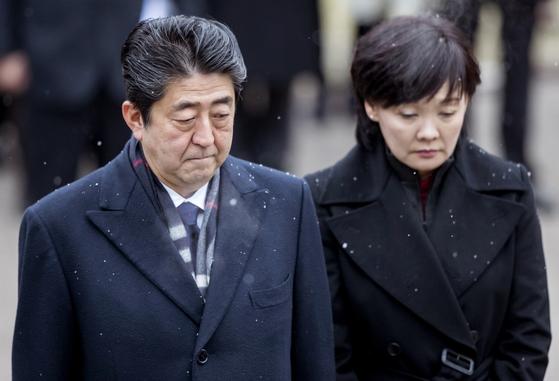 아베 신조(安倍晋三) 일본 총리(왼쪽)와 부인 아키에 여사. [AP=연합뉴스]