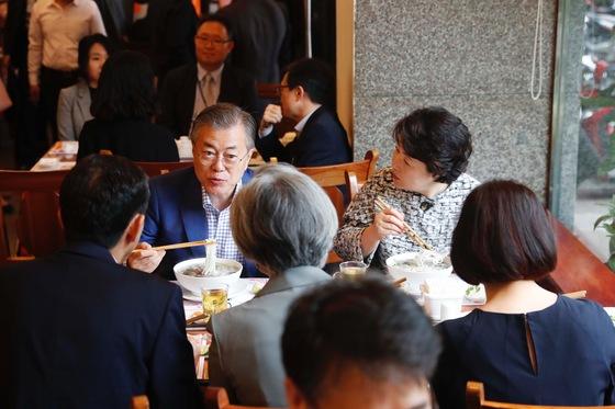 24일 베트남 국빈 방문중인 문재인 대통령과 김정숙 여사가 베트남 3대 쌀국수집 중의 하나인 포10리쿠옥쓰 식당을 찾아 아침 식사를 하고 있다. 청와대 사진기자단