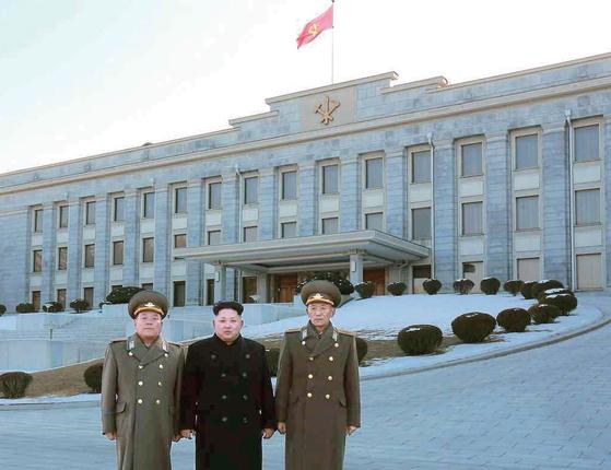 2015년 2월 평양의 노동당사 본관을 배경으로 기념사진을 찍은 김정은 북한 노동당 위원장(가운데). [사진 연합뉴스]