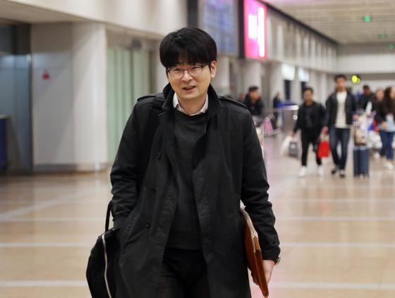 한국 예술단의 평양공연 준비를 위한 사전점검을 위해 북한을 방문했던 탁현민 청와대 행정관이 24일 중국 베이징 서우두 공항에 도착했다. [베이징=연합뉴스]