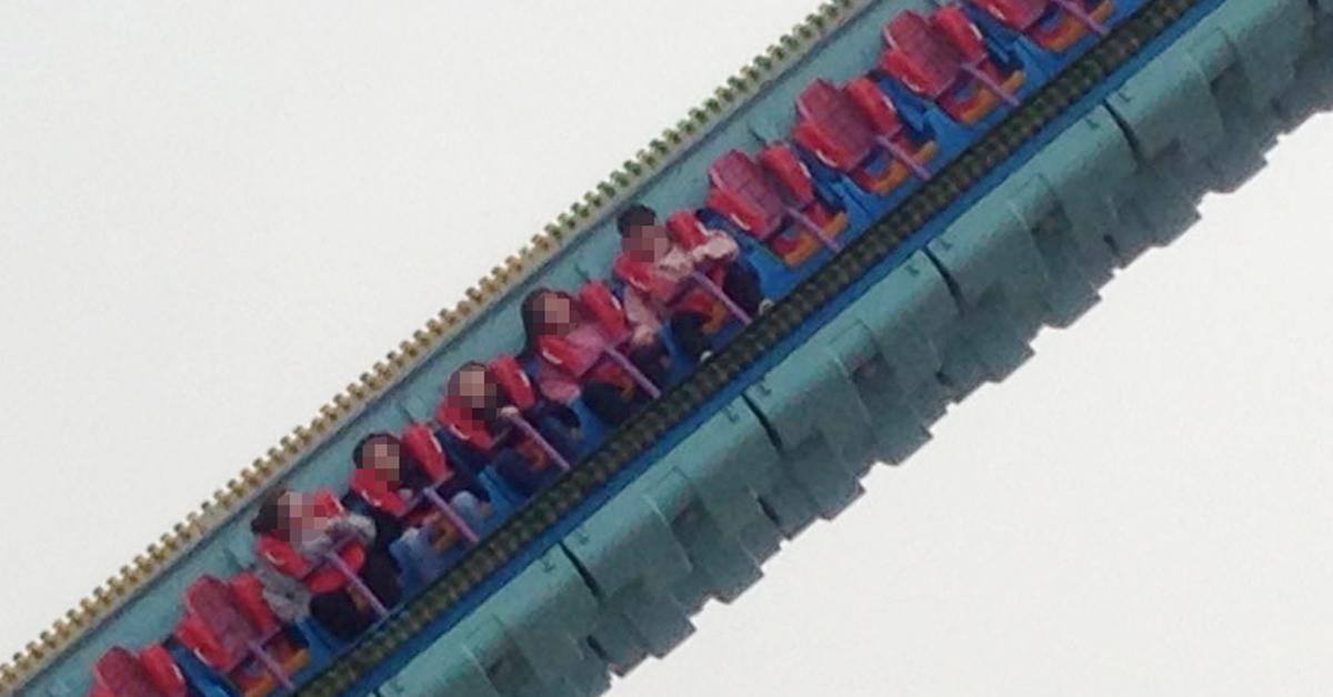 24일 오후 광주 북구 중외공원 놀이동산에서 놀이기구가 운행 중 멈췄다. 이날 2시간 가량 3~4m 높이에 45도로 기운 놀이기구에서 여성 4명, 남성 1명이 추위와 공포에 떨었다. [연합뉴스]