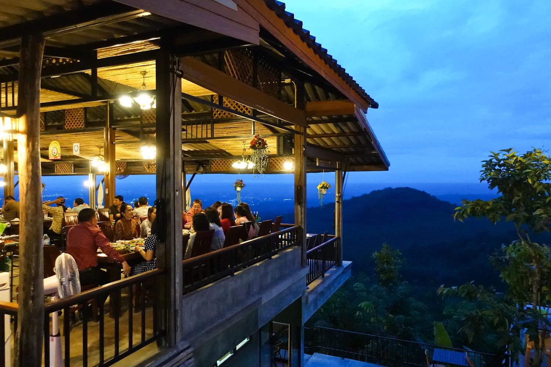 전망 좋은 수라타니 '마운틴 뷰' 레스토랑. 수라타니 굴과 다양한 태국 남부식 요리를 판다.