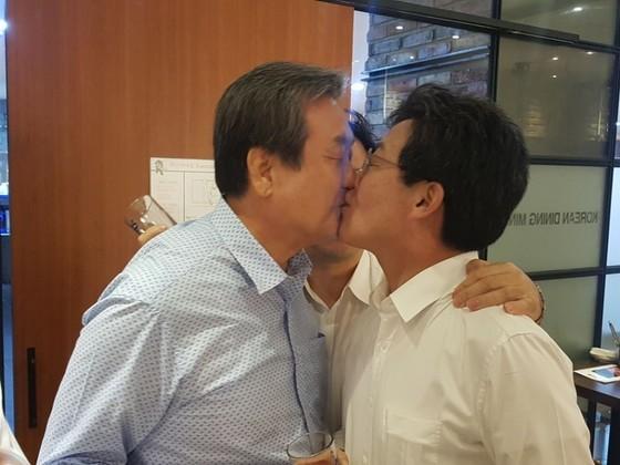 지난해 9월 10일 김무성 당시 바른정당 의원(왼쪽)과 유승민 의원이 서울 여의도의 한 식당에서 열린 의원단 만찬에서 화합의 의미로 입맞춤을 하고 있다. [사진 바른정당]