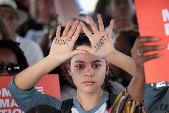 """'총기 규제 강화 시위'에 참석한 한 여성. 손바닥에 """"쏘지 마라""""는 글귀가 써 있다. [AFP=연합뉴스]"""