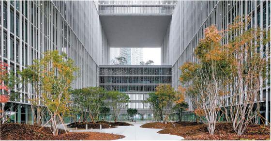 아모레퍼시픽 용산 신사옥에는 건물 5층과 11층, 17층에 5~6개 층을 비워내고 녹지를 조성한 옥상정원 '루프 가든'이 있다. [사진 아모레퍼시픽]