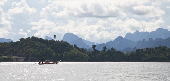 태국 남부, 수라타니 주에 있는 카오속 국립공원에는 거대한 인공호 '치우란호수'가 있다. 카르스트 지형으로 베트남 하롱베이, 중국 구이린 못지않은 비경을 자랑한다.