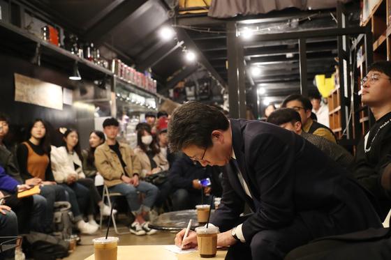 유승민 바른미래당 대표가 15일 전남대 인근의 한 카페에서 청년 정책에 관한 토론에 참여하고 있다. [사진 바른미래당]