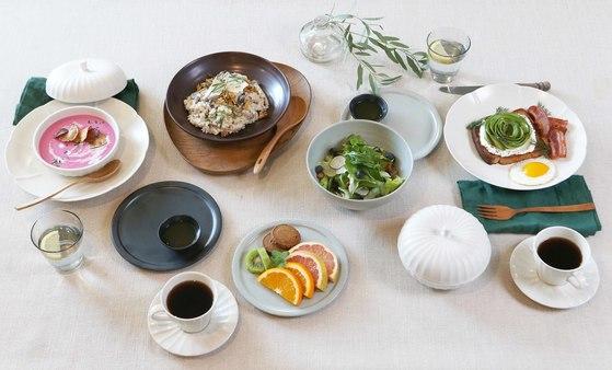 서양식 브런치 메뉴를 한식기에 담은 폼나는 플레이팅. 접시는 토스트를 담은 플래터로, 면기는 샐러드볼로, 합은 수프 그릇으로 활용했다.