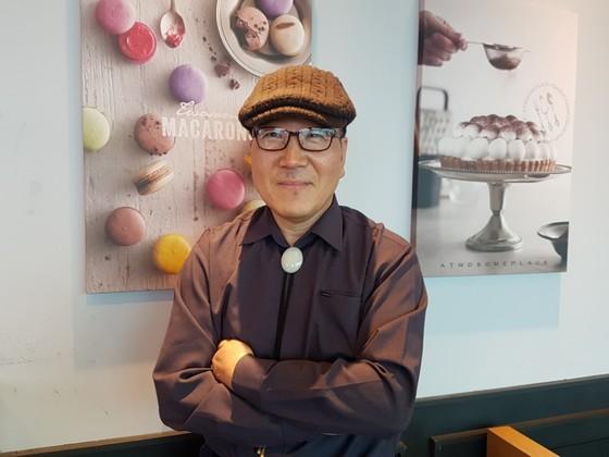 박백광 씨가 춘천에 위치한 한 카페에서 포즈를 취하고 있다. [사진 서지명]