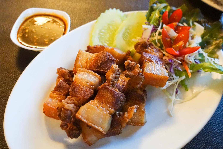 돼지고기를 바삭하게 튀긴 요리.
