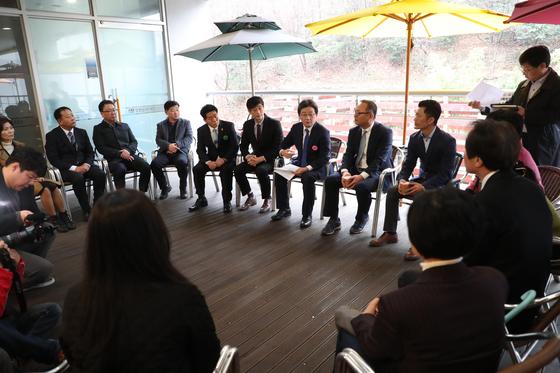 유승민 바른미래당 대표가 15일 경남 마산 315 아트센터에서 경남지역위원장들과 간담회를 하고 있다. [사진 바른미래당]