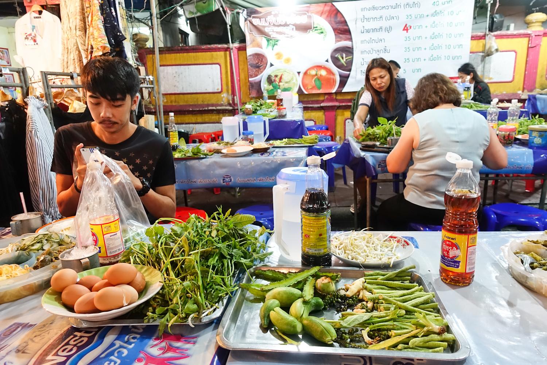 수라타니 시에서는 야시장을 가봐야 한다. 저렴하고 맛난 먹거리가 그득하다.