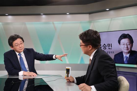 유승민 바른미래당 대표가 15일 KNN 경남본부에서 인터뷰에 응하고 있다. [사진 바른미래당]