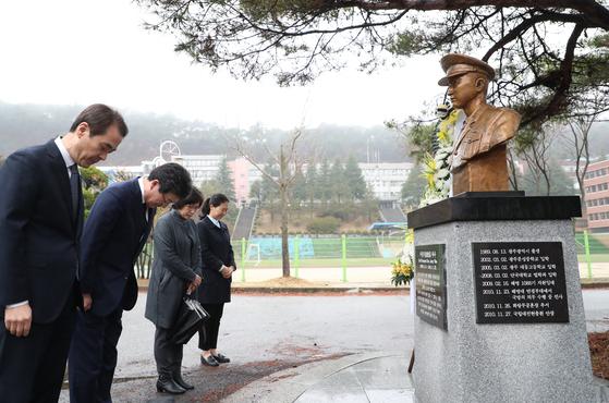 유승민 바른미래당 대표가 15일 광주 문성중학교에서 2010년 연평도 포격 때 희생된 고 서정우 하사의 흉상을 참배하고 있다. [사진 바른미래당]