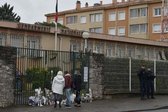 시민 대신 인질로 잡혔다가 테러범의 총격을 받고 숨진 경찰간부 아노드 벨트람이 치료를 받사 숨진 병원에 추모객들이 꽃다발을 놓고 있다. [AFP]