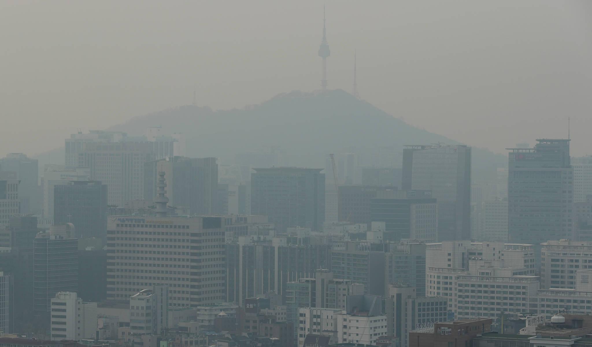 휴일인 24일 오전 서울도심이 안개와 미세먼지에 갇혀 있다. 서울시는 이날 오전 6시를 기준으로 서울에 초미세먼지 민감군주의보를 발령했다. 민감군주의보는 초미세먼지(PM-2.5)의 시간당 평균 농도가 75㎍/㎥ 이상인 상태가 2시간 이상 지속할 때 내려지며 오전 5시와 6시 기준 시내 25개구의 초미세먼지 시간 평균농도는 80㎍/㎥로 측정됐다. [연합뉴스]