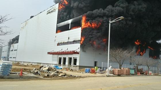 25일 오전 10시40분쯤 인천국제공항 인근 한 기내식 신축공사 현장에서 불이나 건물 밖으로 화마와 연기가 치솟고 있다. [사진 인천소방본부]