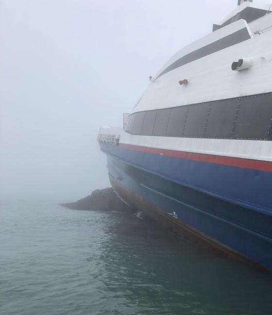 25일 오후 3시 47분쯤 전남 신안군 흑산면 북동쪽 근해에서 승객 160여명을 태운 쾌속 여객선이 좌초됐다. 사진은 바위 위에 올라타 있는 사고 선박 모습. [목포해경 제공=연합뉴스]