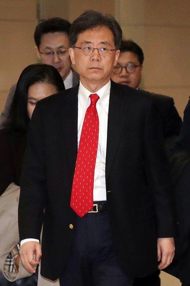 김현종 산업통상자원부 통상교섭본부장이 지난 25일 오후 인천국제공항을 통해 귀국하고 있다.[뉴스1]