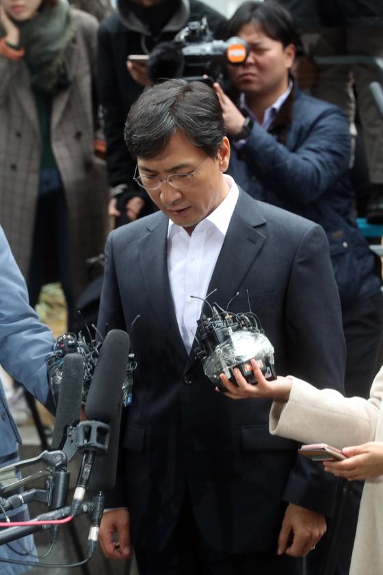 안희정 전 충남지사가 19일 오전 서울서부지검에 출두하고 있다. 최정동 기자