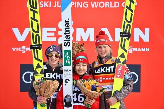 26일 열린 스키점프 월드컵에서 우승한 다카나시 사라(가운데). [EPA=연합뉴스]