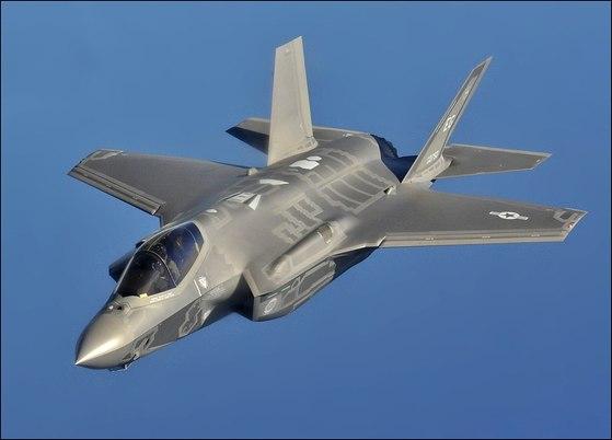 한국이 도입 중인 스텔스 전투기 F-35A 라이트닝II. [사진 미 공군]