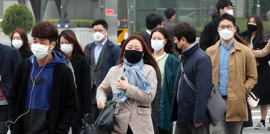 수도권 미세먼지 저감조치가 시행된 26일 서울 광화문광장에서 시민들이 마스크를 하고 출근하고 있다. 강정현 기자