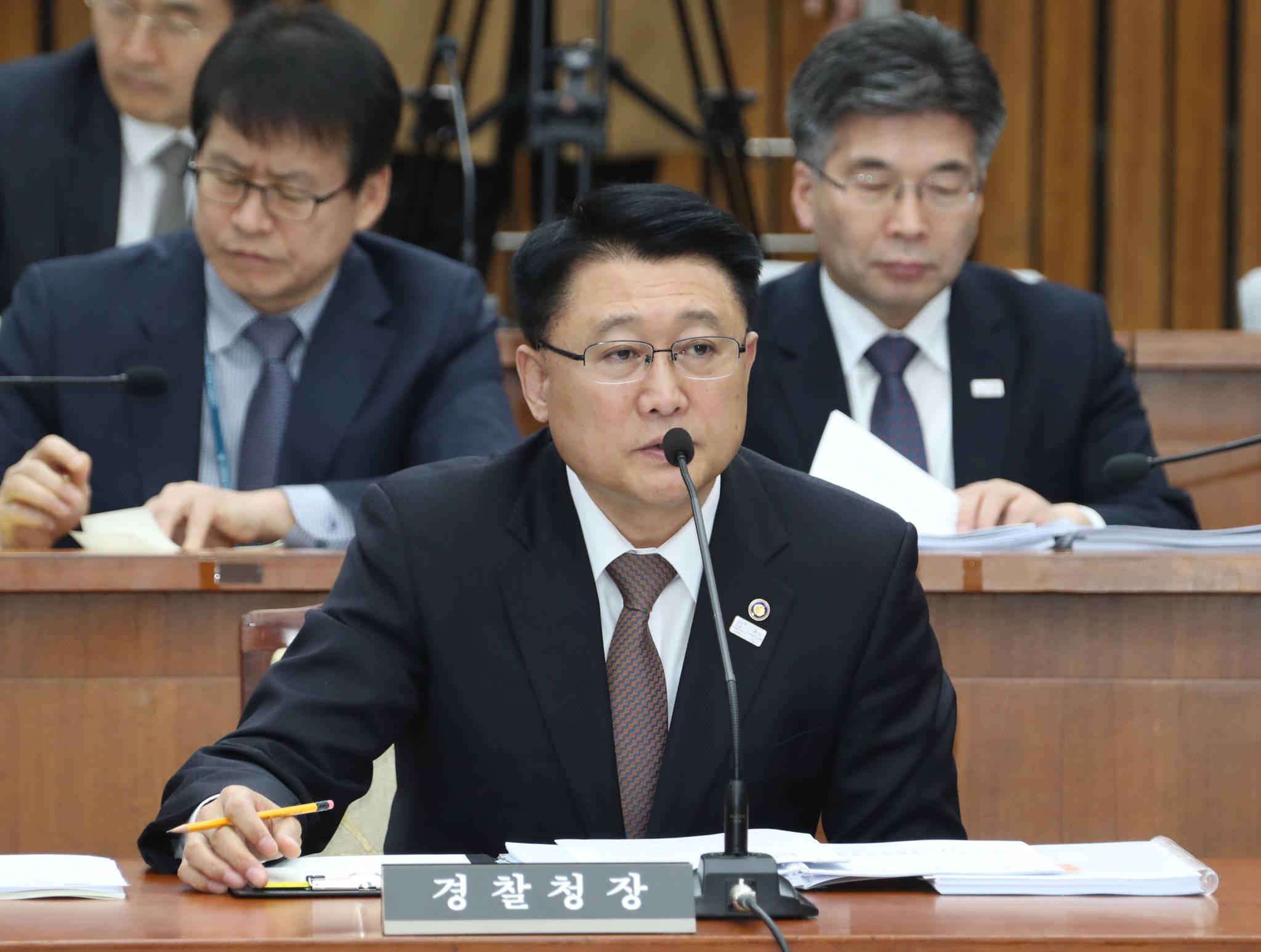 이철성 경찰청장이 6일 국회에서 열린 사법개혁특별위원회 전체회의에서 의원들의 질의에 답변하고 있다. [연합뉴스]