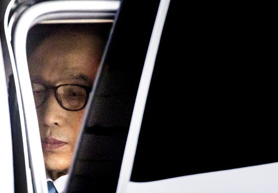 지난 14일 검찰 소환 당시 차에서 내리기 전 착잡한 표정을 짓고 있는 이명박 전 대통령. [연합뉴스]