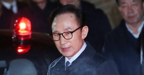 뇌물수수 등의 혐의로 구속영장이 발부된 이명박 전 대통령이 22일 밤 서울 강남구 논현동 자택에서 구치소로로 향하고 있다.