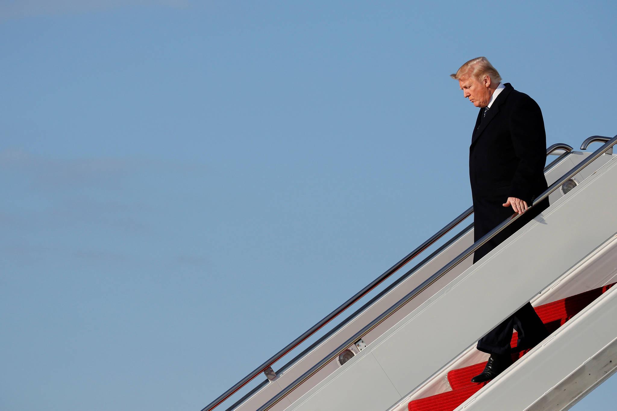 도널드 트럼프 미국 대통령이 25일(현지시간) 플로리다에서 가족과 휴가를 마치고 앤드루 공군기지에서 에어포스 원 트랙을 혼자 내려오고 있다. [로이터=연합뉴스]