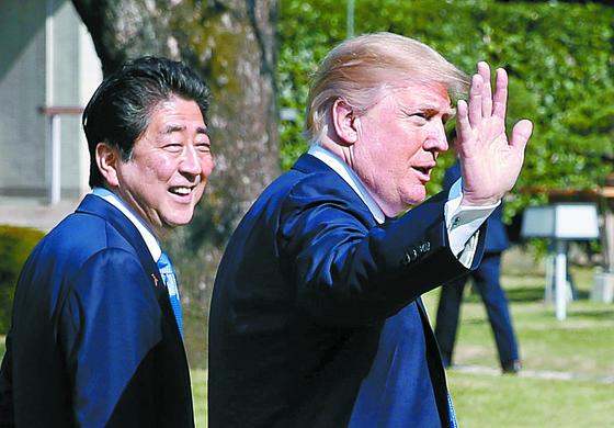 지난해 11월 도쿄에서 만난 아베 총리와 트럼프 대통령 [연합뉴스]