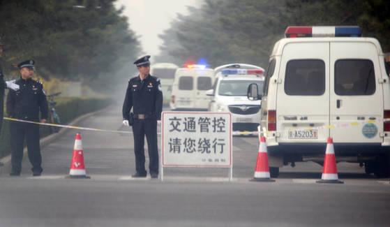 지난 26일 북한 최고위급 인사가 방중한 것으로 알려진 가운데 북측 대표단이 묵는 중국 베이징 국빈관 조어대 앞에서 중국 공안들이 교통을 통제하고 있다. [사진=연합뉴스]
