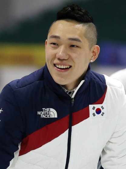 2010 밴쿠버올림픽 500m 금메달리스트인 모태범이 26일 오후 서울 태릉국제스케이트장에서 열린 은퇴식에서 팬들에게 인사하고 있다. 모태범은 2010년 밴쿠버 동계올림픽에서 스피드스케이팅 남자 500m 금메달, 1000m 은메달을 목에 걸며 한국을 대표하는 단거리 스타로 떠올랐다. 모태범은 사이클 선수로 변신해 제2의 인생을 살 계획이라고 밝혔다. [뉴스1]