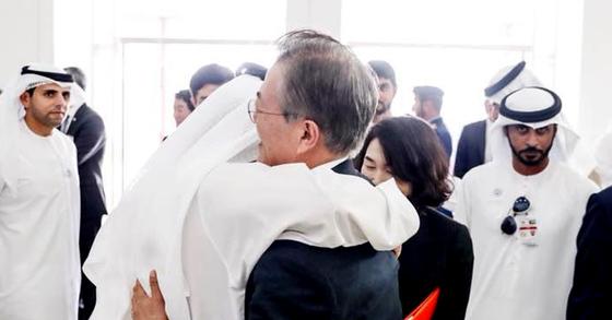 문재인 대통령이 26일(현지시간) 바라카 원전 1호기 건설완료 행사 참석에 앞서 무함마드 빈 자이드알 나하얀 왕세제의 친형제인 셰이크 함단 아부다비 서부 지역 통치자와 포옹하고 있다. [사진 청와대 페이스북]
