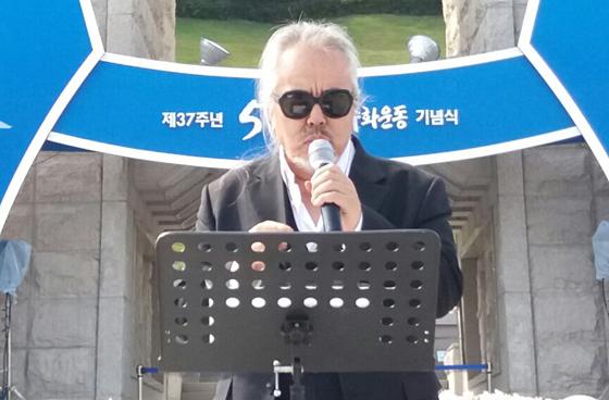 가수 전인권이 지난해 5월 광주광역시 북구 운정동 국립5·18민주묘지에서 '임을 위한 행진곡'을 부르고 있다. 뉴시스