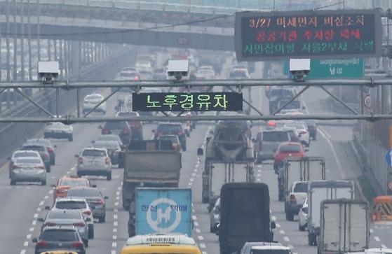 27일 서울 강변북로 가양대교 부근에 설치된 노후 경유차 단속 CCTV와 운행제한 알림판. [연합뉴스]