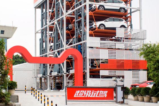 중국 전자상거래 업체 알리바바는 미 자동차 제조사 포드와 손잡고 최근 중국 남부 광저우(廣州)에 자동차 자판기를 공개했다. 이 자판기는 5층 높이에 자동차 42대를 갖췄다. [로이터=연합뉴스]