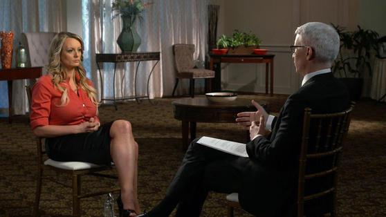 25일(현지시간) CBS '60분'에 출연해 진행자인 앤더슨 쿠퍼의 질문에 답하고 있는 전직 포르노 배우 스테파니 클리퍼드(왼쪽). [CBS 캡처]