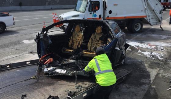 지난 23일 미국 캘리포니아 주 마운틴뷰 101번 고속도로에서 테슬라의 모델X 차량이 고속도로 중앙분리대를 들이박고 폭발하는 사고가 발생했다. [사진 @DeanCSmith]