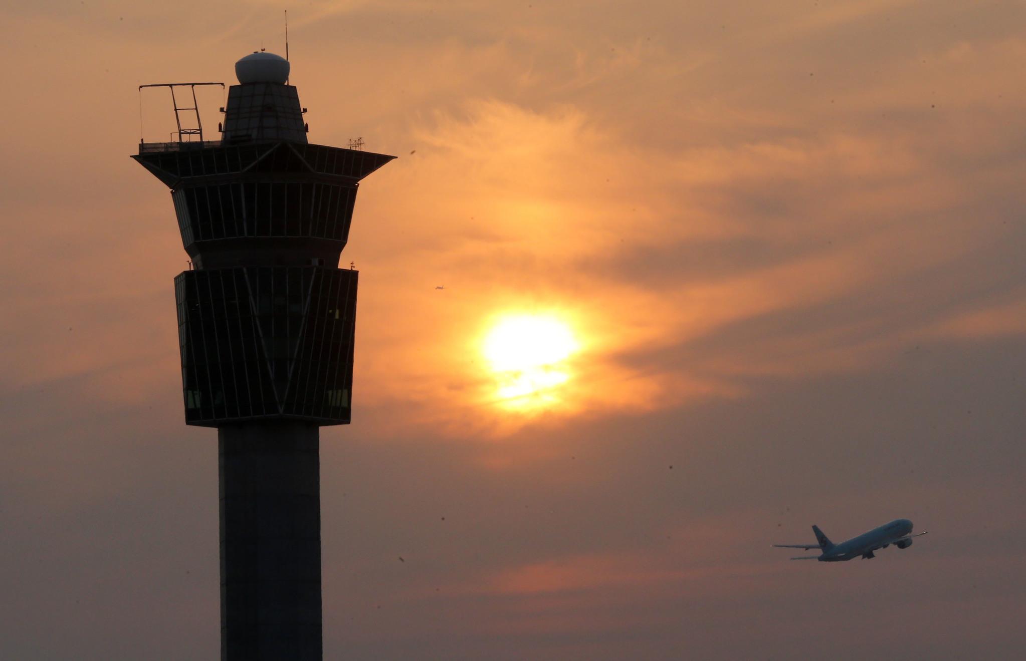 인천공항 관제탑을 지나 항공기가 이륙하고 있다. [중앙포토]