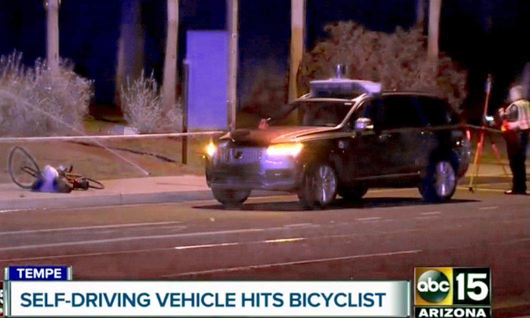 지난 19일 우버가 시험운행하던 자율주행 차량이 자전거를 끌고 지나가던 여성을 치어 숨지게 하는 사고가 발생했다. [사진 ABC=AP]