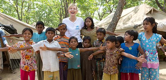 방글라데시의 로힝야 난민촌을 방문한 유엔난민기구(UNHCR) 친선대사 케이트 블란쳇이 아이들과 기념 촬영을 했다. [사진 UNHCR]