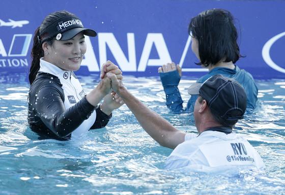 지난해 ANA 인스퍼레이션에서 우승한 뒤 캐디와 기쁨을 나누는 유소연(왼쪽). [LPGA 제공]