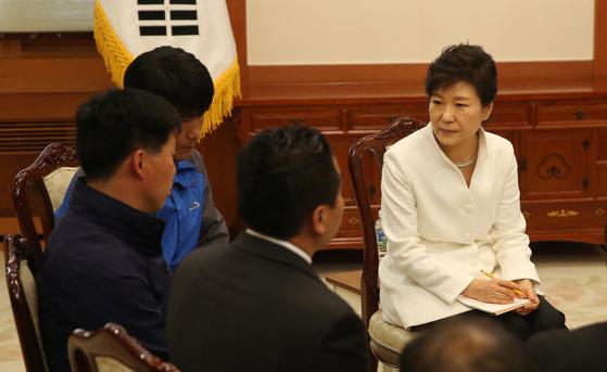 2014년 5월 16일 박근혜 전 대통령이 참사 한 달 후 청와대를 방문한 세월호 참사 유족 및 실종자 가족 대표 17명과 얘기를 하고 있다. 청와대사진기자단