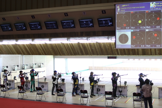 리모델링 이전인 2015년 4월 창원 국제사격장에서 열린 월드컵 국제사격대회. 50m 거리에서 공기소총으로 표적을 맞히는 결선 경기가 열리고 있다. [사진 창원시]