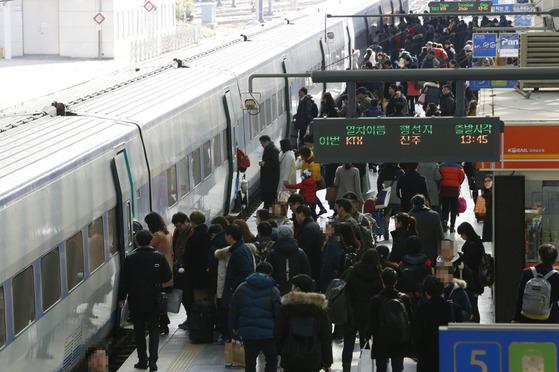 평일 낮과 출퇴근 시간대는 물론 주말에도 고속열차표를 구하기가 쉽지 않지만, 평택~오송 구간의 병목 때문에 열차를 더 늘리지 못하고 있다. [중앙포토]